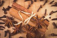 Photo de vintage, anis d'étoile, bâtons de cannelle et clous de girofle sur la table en bois, assaisonnant pour la cuisson Photo stock