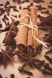 Photo de vintage, anis d'étoile, bâtons de cannelle et clous de girofle sur la table en bois, assaisonnant pour la cuisson Images stock