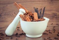 Photo de vintage, bâtons parfumés d'anis, de cannelle et de vanille en mortier Image libre de droits