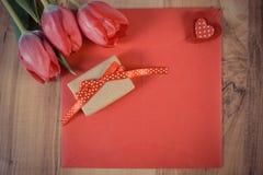 Photo de vintage, bouquet des tulipes fraîches, lettre d'amour, cadeau et coeur, décoration pour des valentines Image stock