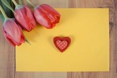 Photo de vintage, bouquet des tulipes fraîches, lettre d'amour et coeur, décoration pour des valentines Images stock