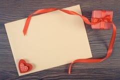 Photo de vintage, cadeau avec le ruban et lettre d'amour pour le jour de valentines, l'espace de copie pour le texte Image libre de droits