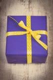 Photo de vintage, cadeau bleu pour Noël ou toute autre célébration sur la planche en bois Photographie stock libre de droits