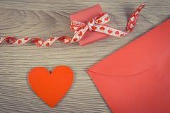 Photo de vintage, cadeau enveloppé, coeur rouge et lettre d'amour pour le jour de valentines, l'espace de copie pour le texte Image libre de droits