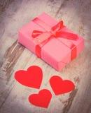 Photo de vintage, cadeau enveloppé pour l'anniversaire, valentine ou d'autres coeurs de célébration et rouges Images stock