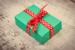Photo de vintage, cadeau vert pour Noël ou toute autre célébration sur la planche en bois Photo stock