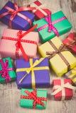 Photo de vintage, cadeaux colorés enveloppés pour Noël ou toute autre célébration sur la vieille planche blanche Photographie stock libre de droits