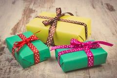Photo de vintage, cadeaux colorés enveloppés pour Noël ou toute autre célébration sur la vieille planche blanche Photo stock