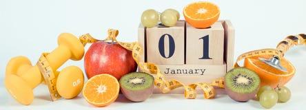 Photo de vintage, calendrier de cube, fruits, haltères et ruban métrique, nouvelles années de résolutions Image stock