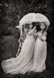 Photo de vintage de deux filles avec le parapluie Image libre de droits