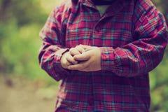Photo de vintage de fin des mains d'enfant en bas âge Photo stock