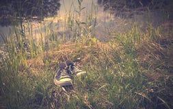 Photo de vintage des espadrilles dans l'herbe Image stock