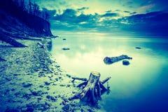 Photo de vintage du beau bord de mer rocheux au lever de soleil Image stock