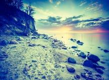 Photo de vintage du beau bord de mer rocheux au lever de soleil Photos libres de droits