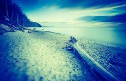 Photo de vintage du beau bord de mer rocheux au lever de soleil Image libre de droits