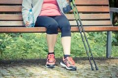 Photo de vintage, femme supérieure se reposant après la marche nordique, modes de vie sportifs dans le concept de vieillesse Photos libres de droits