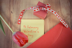 Photo de vintage, jour de valentines sur la feuille de papier, tulipe, lettre d'amour et cadeau, décoration pour des valentines Images libres de droits
