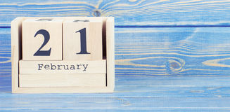Photo de vintage, le 21 février Date du 21 février sur le calendrier en bois de cube Image stock