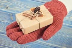 Photo de vintage, main de femme avec le cadeau décoré pour Noël ou toute autre célébration image stock
