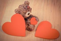 Photo de vintage, ours de nounours avec le coeur rouge sur la surface en bois, symbole de l'amour Image libre de droits