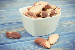 Photo de vintage, tas des noix du brésil dans la cuvette sur de vieux conseils Photo stock