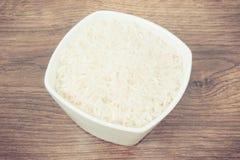 Photo de vintage, tas du riz blanc dans le bol en verre Photographie stock libre de droits