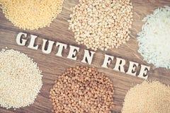 Photo de vintage, tas du riz blanc et divers gruaux sur la nourriture gratuite rustique de conseil, saine et de gluten Images libres de droits