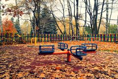 Photo de vintage - terrain de jeu abandonné dans le jour de froid d'automne Image libre de droits