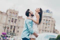 Photo de vue de côté de profil de rire marié avec du charme de rire de ressort de balade de promenade de connaissance de personne photographie stock libre de droits