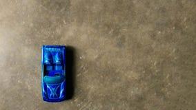 Photo de vue supérieure tirée de la voiture bleue de jouet pour des enfants sur le fond propre photos libres de droits