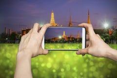 Photo de Wat Phra Kaew Temple d'Emerald Buddha à Bangkok sur le smartphone Photographie stock