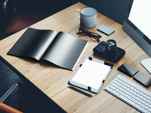Photo des éléments classiques sur l'espace de travail moderne Images stock