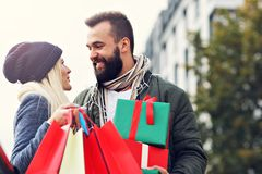 Photo des achats de couples pour Noël dans la ville Photo stock