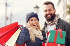 Photo des achats de couples pour Noël dans la ville Photographie stock libre de droits