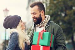 Photo des achats de couples pour Noël dans la ville Photo libre de droits