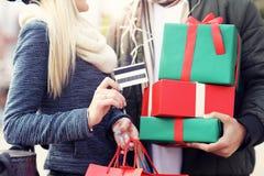 Photo des achats de couples pour Noël dans la ville Image stock