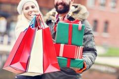 Photo des achats de couples pour Noël dans la ville Image libre de droits