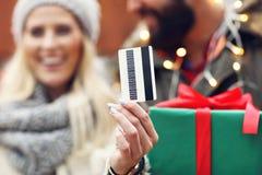 Photo des achats de couples pour Noël dans la ville Photos stock
