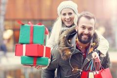 Photo des achats de couples pour Noël dans la ville Photos libres de droits