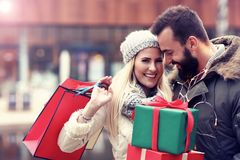 Photo des achats de couples pour Noël dans la ville Photographie stock