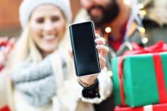 Photo des achats de couples pour Noël dans la ville Images stock