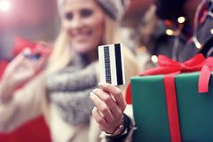 Photo des achats de couples pour Noël dans la ville Images libres de droits