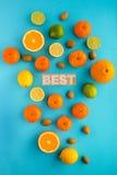 Photo des agrumes, citrons, oranges, chaux, mandarines, écrous Image libre de droits