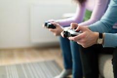 Photo des amis jouant des jeux vidéo à la maison Images stock