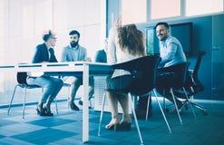 Photo des architectes ayant la réunion dans le bureau image libre de droits