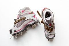 Photo des chaussures de montagne avec des transitoires d'isolement sur le fond blanc image stock