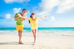 Photo des couples heureux dans des lunettes de soleil ayant l'amusement Images stock