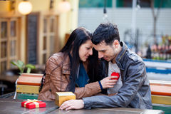 Photo des couples mignons se reposant sur le banc et tenant le shap de coeur Image stock