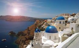 Photo des dômes bleus lumineux célèbres au centre d'Oia sur l'île de Santorini et le x28 ; treatment& romantique x29 ; photos libres de droits