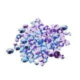 Photo des diamants bleus et pourpres d'isolement sur le blanc Photographie stock libre de droits